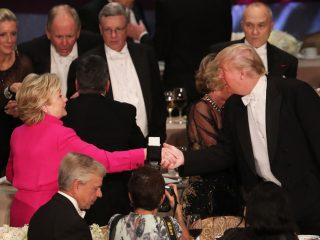 SQUALLIDO INCONTRO CLINTON TRUMP AL GALA DI BENEFICENZA DI NEW YORK