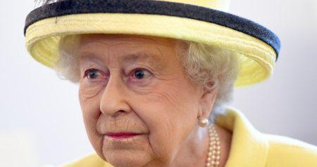 La Regina Elisabetta II e la mano di legno
