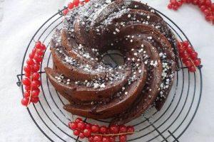 Cake al cioccolato con glassa con ribes