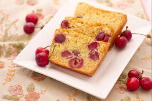 Plumcake alle ciliegie con la glassa