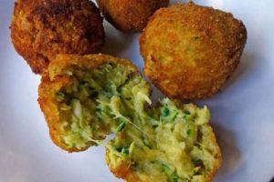 Crocchette vegetariane zucchine pinoli e basilico