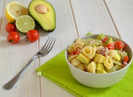 Estate calda Insalata di pasta, avocado e lime