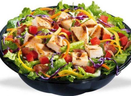 Il contorno di oggi Coppe di insalata di pollo