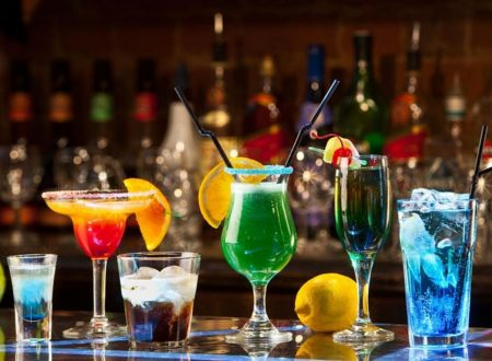 Cocktail d'autore con vino Rosso spezie Liquore Russo