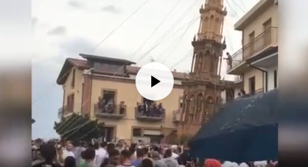 Irpinia Pericolo obelisco durante processione religiosa