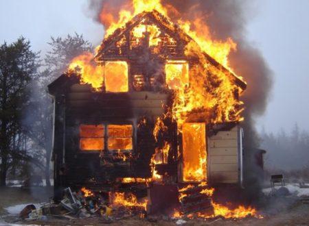 In vacanza danno fuoco alla casa. Genitori denunciati