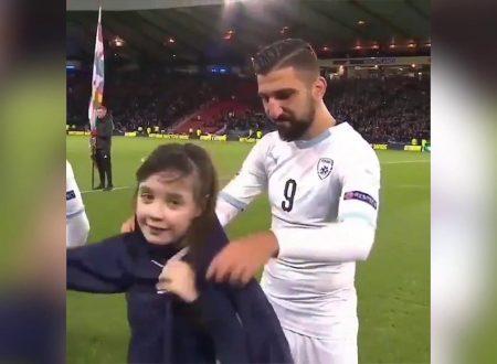 Calcio Giocatori di Israele coprono i bambini infreddoliti