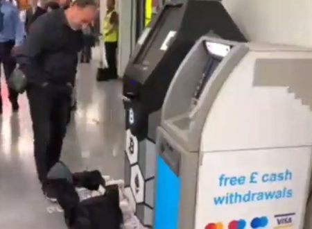 Londra bancomat pazzo elargisce soldi