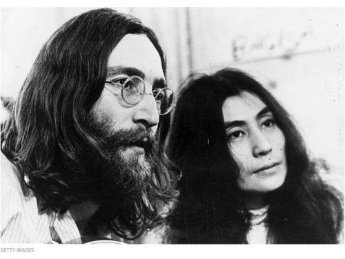 Yoko Ono costretta su una sedia a rotelle