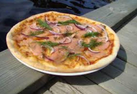 Pizza al salmone e mozzarella