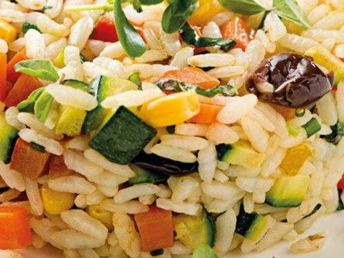 Insalata di riso aromatizzata alle erbe con verdure grigliate